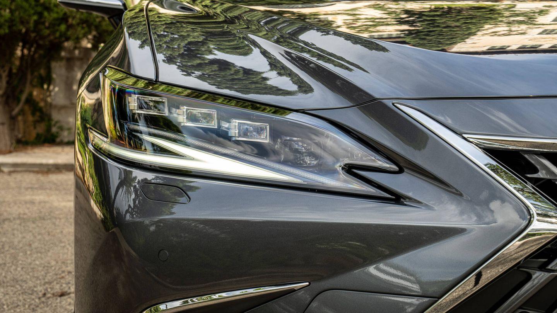 Los faros delanteros del ES 300h son nuevos, con diseño interior diferente. Y en el frontal cambia también el diseño de la parrilla.