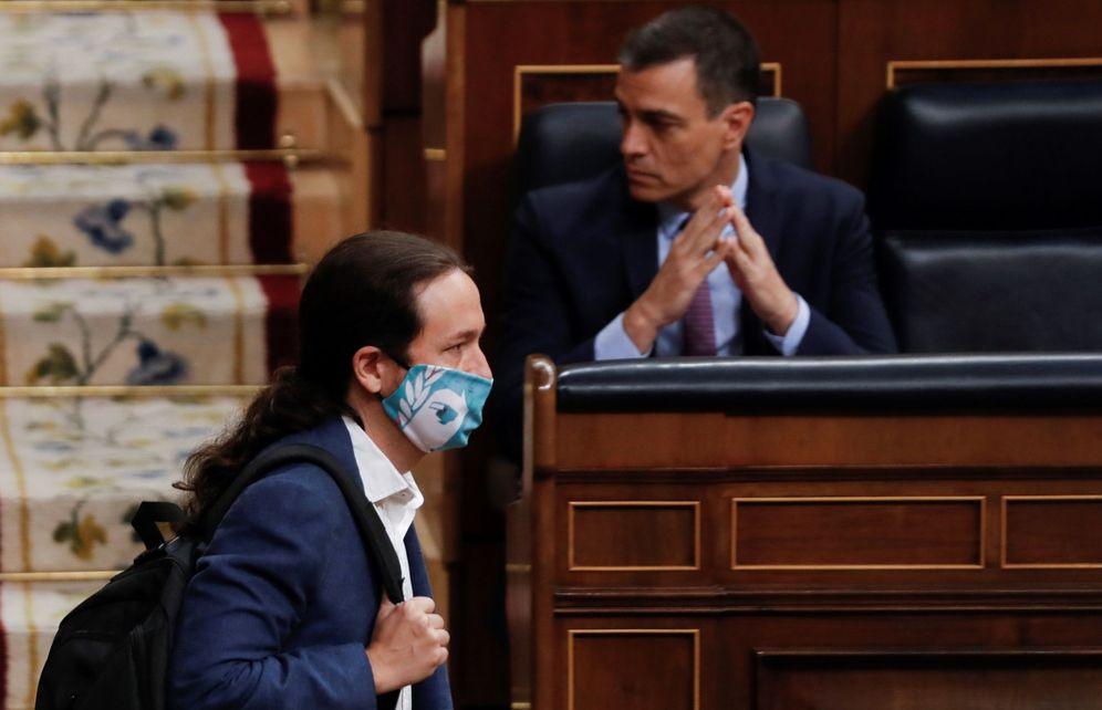Foto: Sánchez mira para otro lado mientras Iglesias avanza hacia su escaño en la pasada sesión de Control. (EFE)