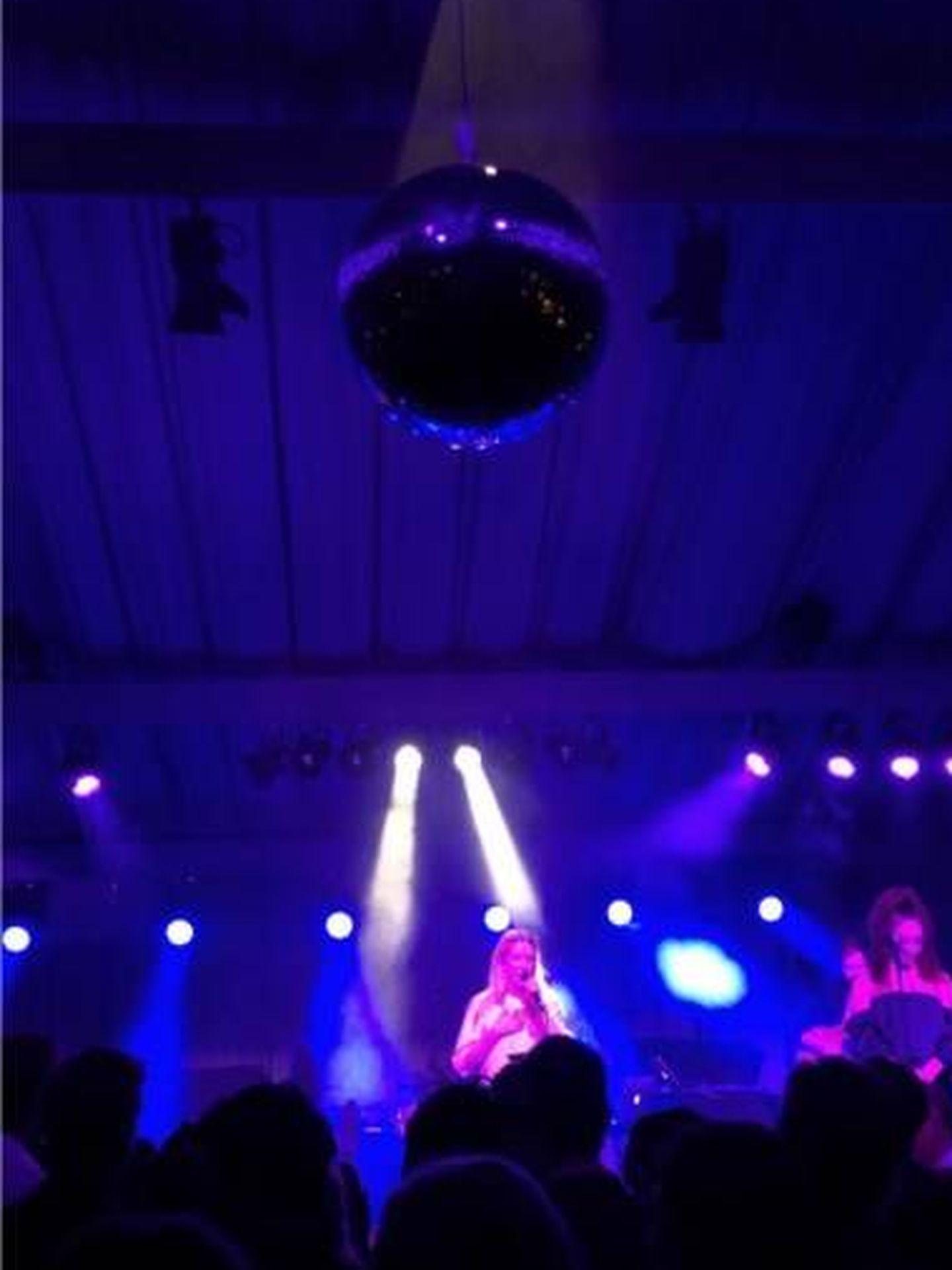 Goulding se arrancó a dar un mini concierto. (Instagram @jc_jonathancheung)