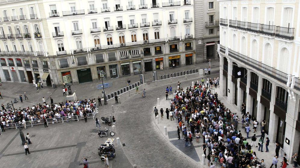 Foto: Numerosas personas esperan a la entrada de la Apple Store en la Puerta del Sol. (EFE)