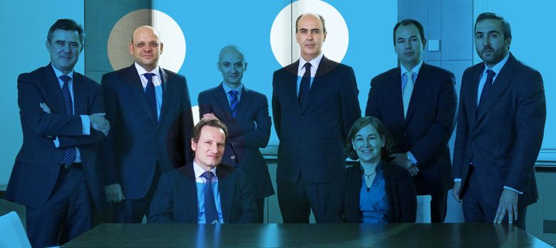 Foto: Belén Romana y Walter de Luna, sentados delante del resto de ejecutivos de Sareb. (EFE)
