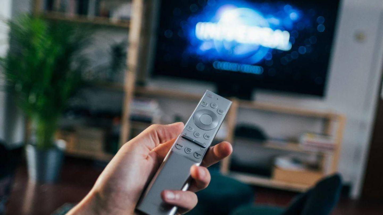 Al apagar lan televisión desde el mando, ésta sigue consumiendo (@jonasleupe. UNSPLASH)