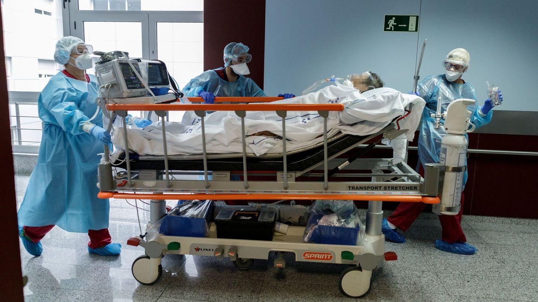 Un paciente de covid es trasladado por sanitarios. (EFE)