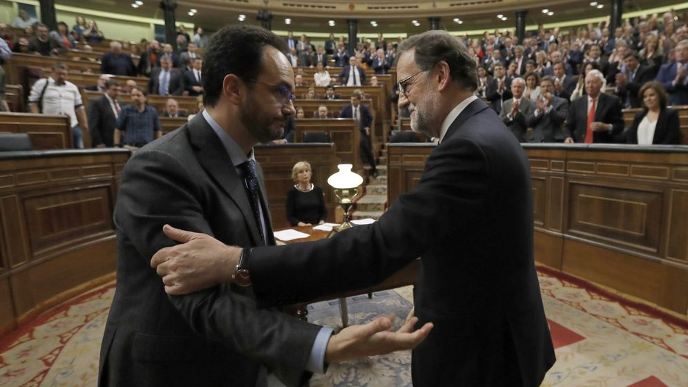 Foto: El presidente del Gobierno, Mariano Rajoy, y el portavoz del PSOE, Antonio Hernando, tras la sesión de investidura. (EFE)