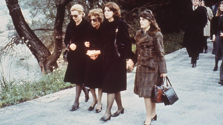 Christina y sus tres tías, en el funeral de su padre. (Getty)
