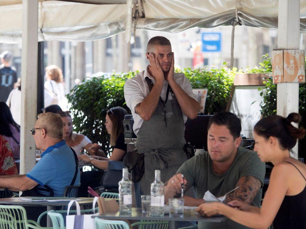 Foto: Un camarero en una terraza del centro de Barcelona (Efe)