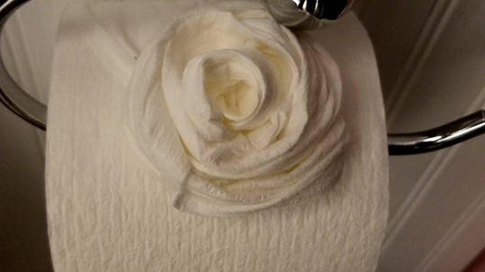 Foto: Le dejaron flores en los rollos de papel higiénico como auténticos profesionales (Foto: Facebook)