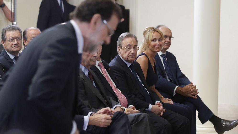 Foto: El presidente de ACS, Florentino Pérez, y el presidente del Gobierno, Mariano Rajoy, en la presentación del Plan Extraordinario de Inversiones en Carreteras. (EFE)