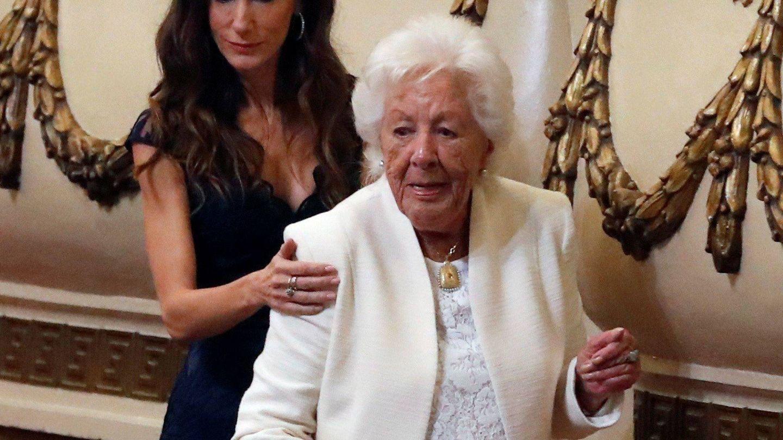 Telma Ortiz junto a su abuela, Menchu Álvarez del Valle. (EFE)