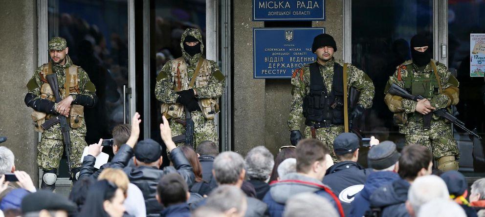 Foto: Rebeldes prorrusos montan guardia frente a un edificio de la Administración en Slaviansk. (Reuters)