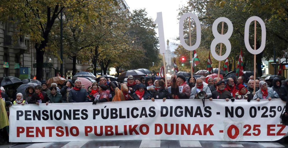 Foto: Varios manifestantes portan una pancarta durante la marcha de protesta convocada el Movimiento de Pensionistas en noviembre. (EFE)