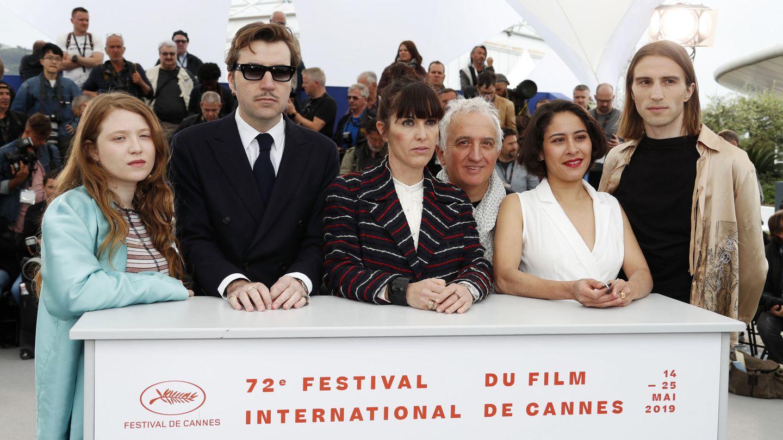 Albert Serra posa junto a Baptiste Pinteaux, Marc Susini, Montse Triola y Iliana Zabeth. (Efe)
