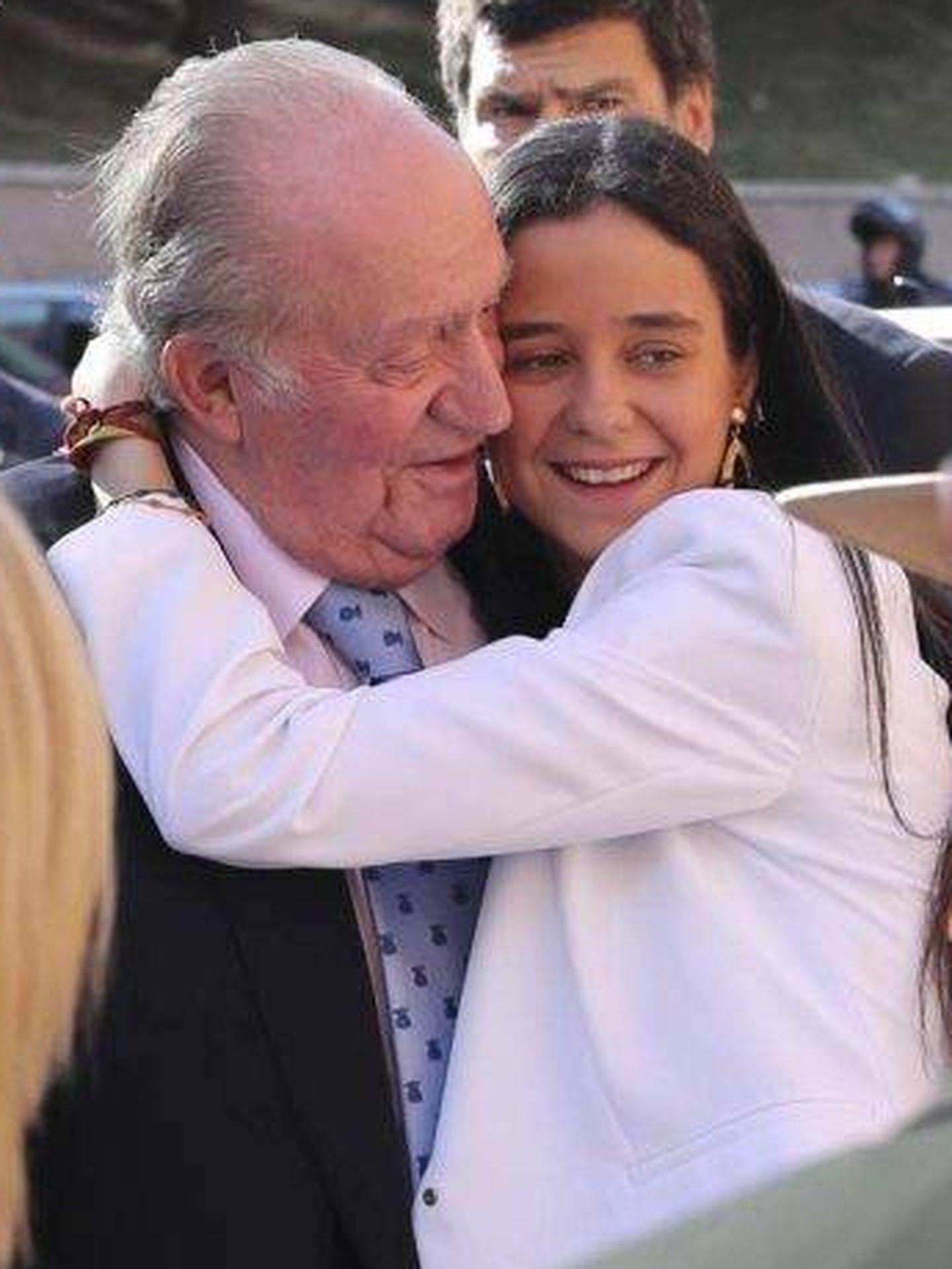 Victoria Federica abraza a su abuelo. (EFE)