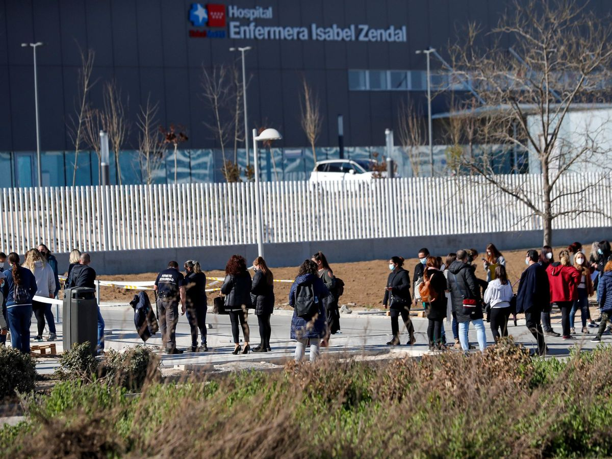 Foto: Varias personas esperan a las afueras del Hospital de Emergencias Enfermera Isabel Zendal de Madrid, para ser vacunadas. (EFE)