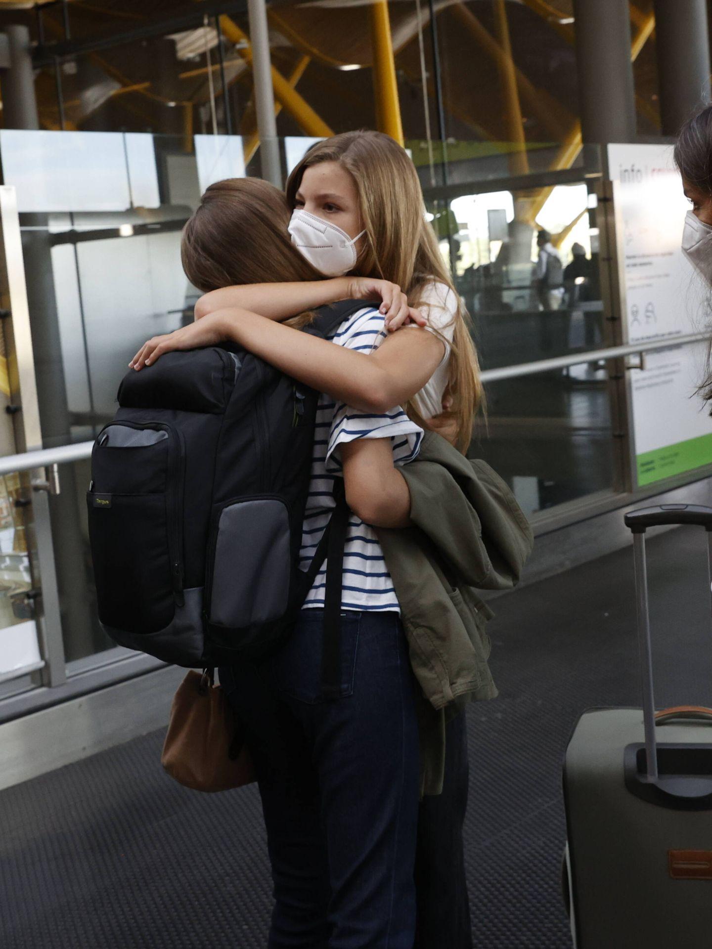 Leonor y Sofía, despidiéndose en el aeropuerto. (Casa de S. M. el Rey)