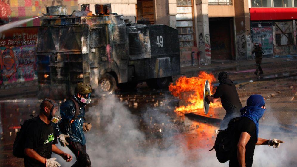 Foto: Manifestantes se enfrentan a las Fuerzas Especiales de Carabineros en los alrededores de la plaza Italia de Santiago (Chile) el viernes pasado. (EFE)