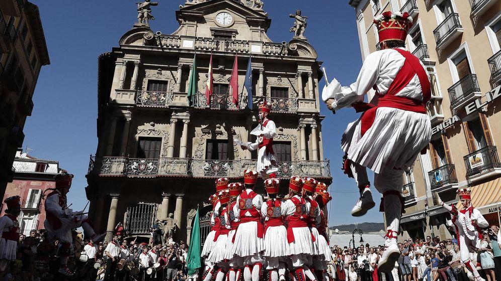 Foto: Baile de espadas en Pamplona (EFE)