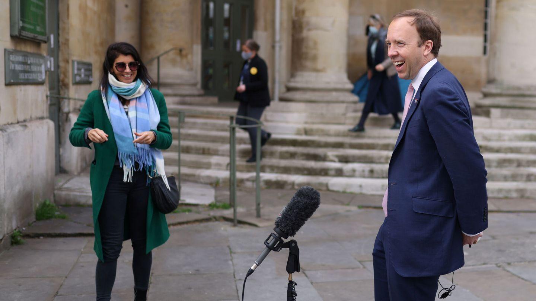 El exprimer ministro de Sanidad, Matt Hancock, junto a su asesora Gina Coladangelo. (Reuters)