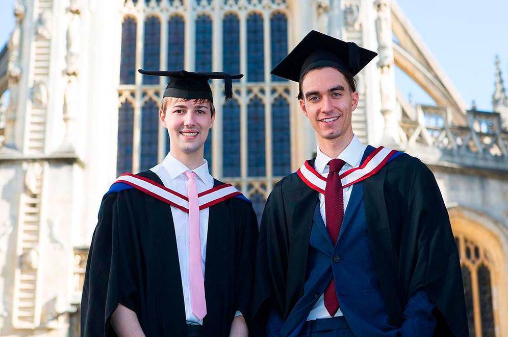 Foto: Liam Willett y Harry Pratt han hecho historia al convertirse en los primeros licenciados masculinos de Norland desde que la prestigiosa escuela de 'supernannies' abriera sus puertas en 1892. (IG)