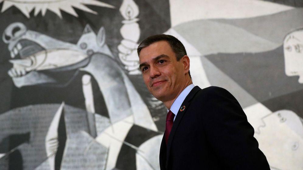 Foto: El presidente del Gobierno, Pedro Sánchez, junto al Guernica, este miércoles (EFE)