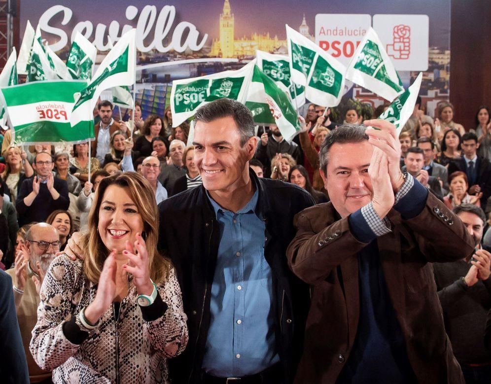 Foto: Pedro Sánchez, con Susana Díaz y el alcalde de Sevilla, Juan Espadas, el pasado 16 de febrero en la capital andaluza. (EFE)