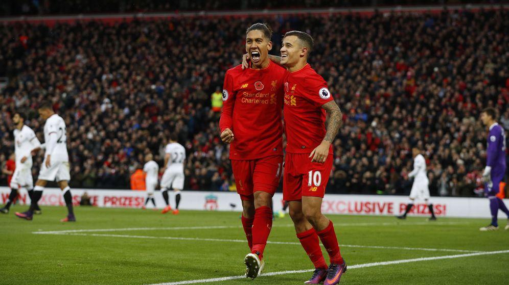 Foto: Firmino (i) y Coutinho (d) participaron con un gol cada uno en la goleada (Phil Noble/Reuters)
