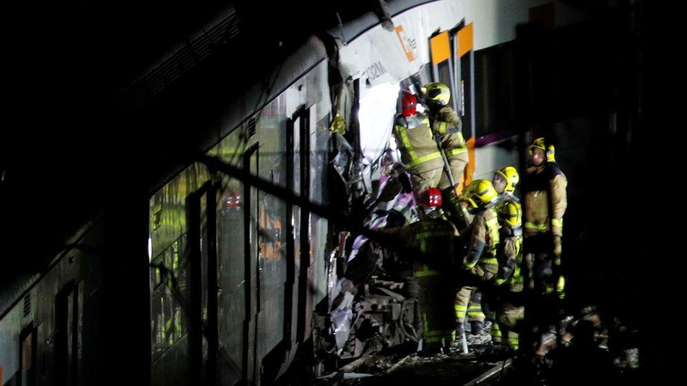 Foto: Labores de inspección en uno de los trenes que ha chocado. (Reuters)