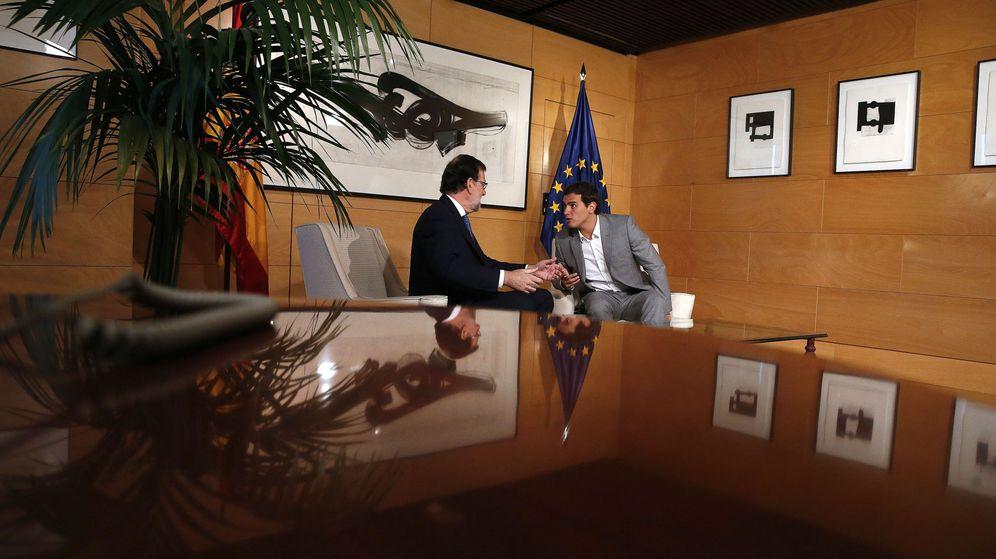 Foto: El presidente del Gobierno en funciones, Mariano Rajoy (i), y el líder de Ciudadanos, Albert Rivera, durante la reunión que ambos mantuvieron. (EFE)