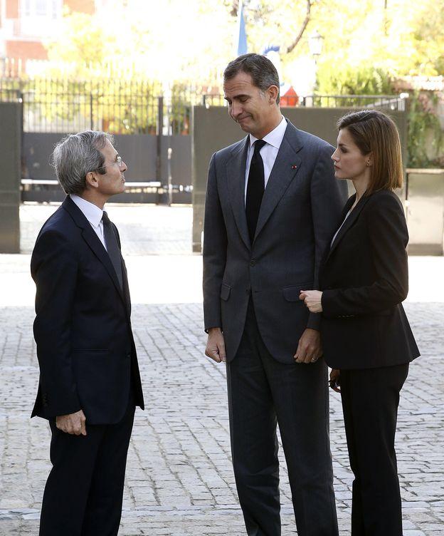 Foto: Los reyes transmitiendo su solidaridad al embajador francés (EFE)