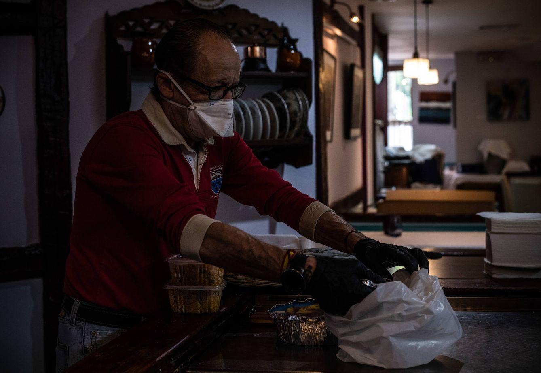 Miguel Ángel prepara uno de los menús que se reparten a diario en su restaurante. (C. C.)