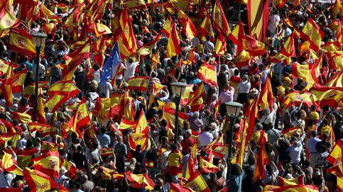 Miles de personas toman la plaza de Colón en defensa de la unidad de España