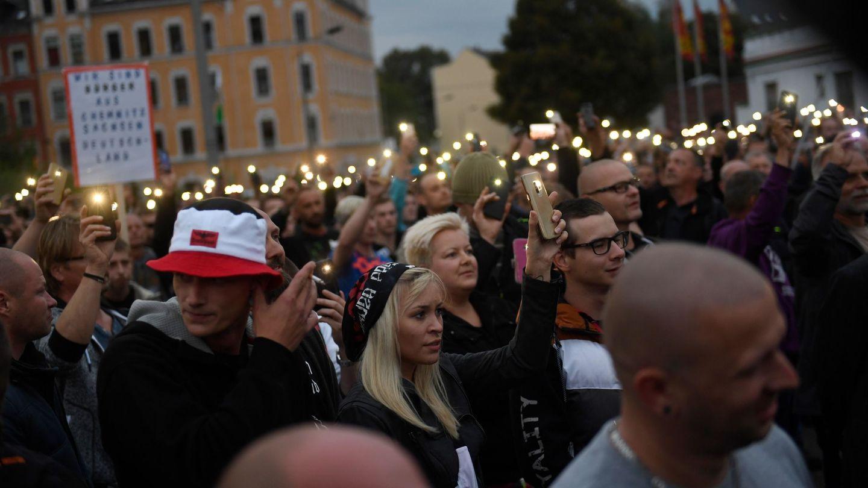 Manifestantes encienden las linternas de sus móviles en Chemnitz (EFE /Franz Fischer)