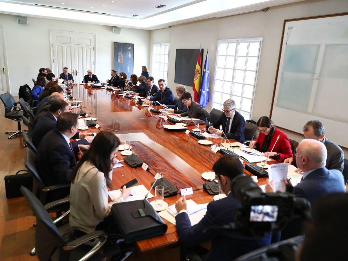 Foto: Reunión de la comisión interministerial de seguimiento del coronavirus, presidida por Pedro Sánchez, este 10 de marzo en la Moncloa. (Fernando Calvo   Moncloa)
