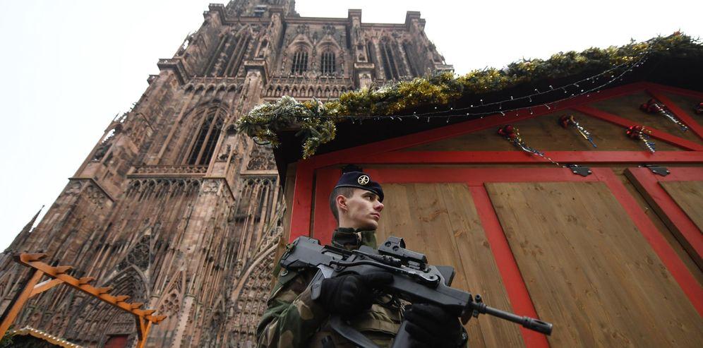 Foto: Un soldado de la Operación Centinela monta guardia cerca del lugar donde se produjo un ataque en Estrasburgo (Francia). (EFE)