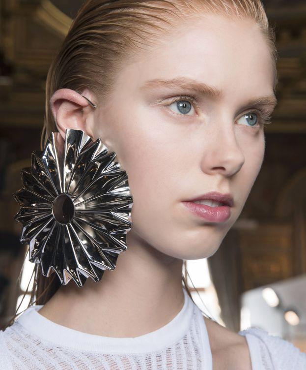 Foto: Top de peinados ideales para llevar pendientes XXL. (Imaxtree)