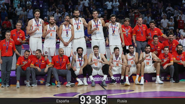 Foto: Todo el equipo español posa con la medalla de bronce. (EFE)