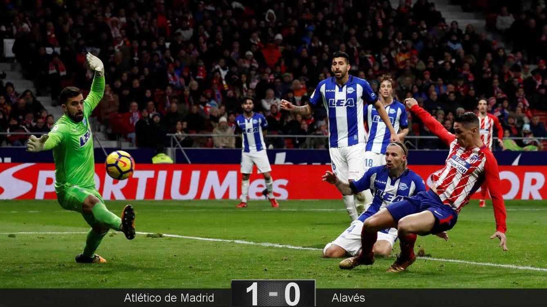 Foto: La acción del gol de Fernando Torres que le dio el triunfo al Atlético de Madrid ante el Alavés. (Reuters)