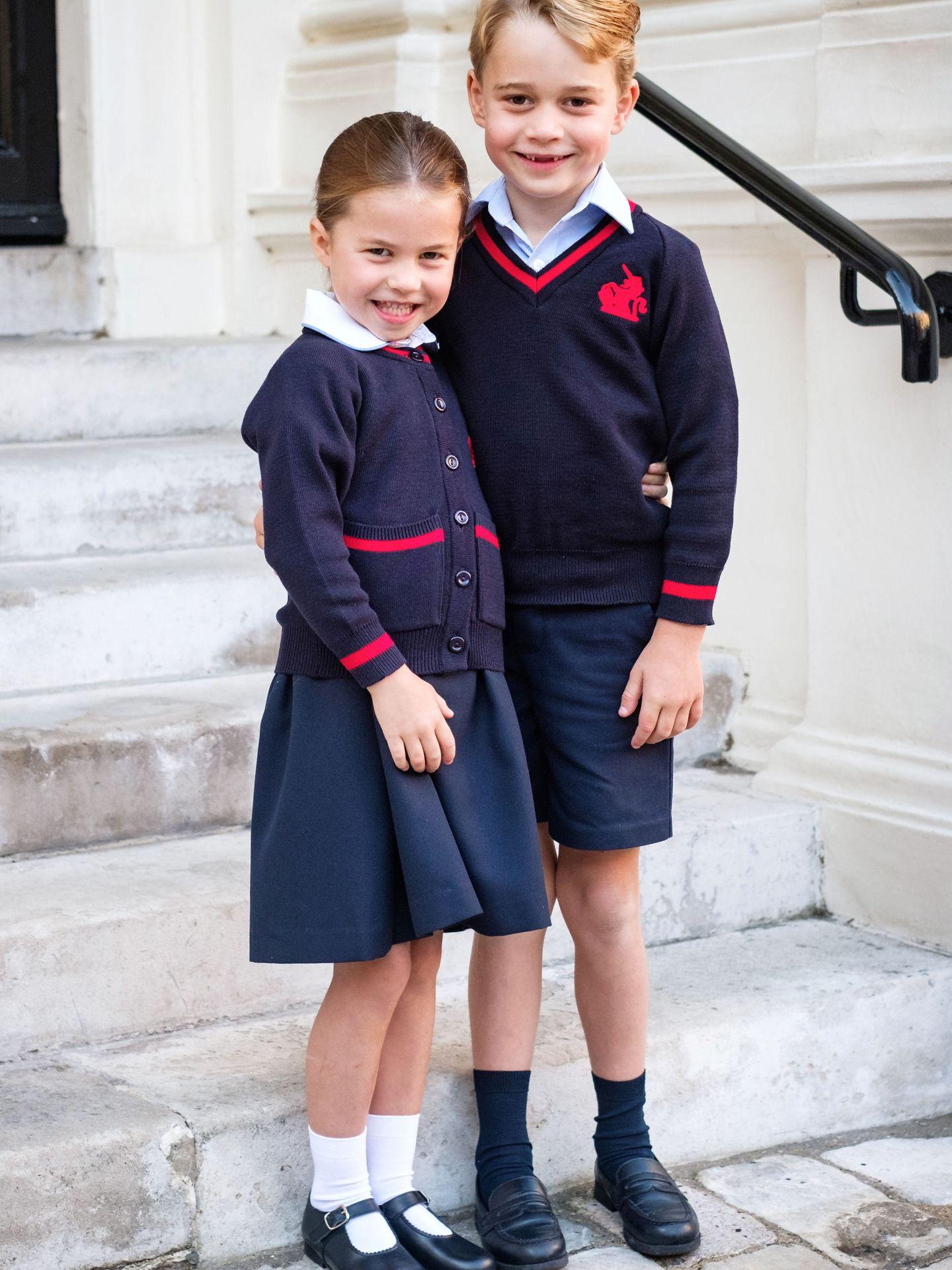 George y Charlotte, en su primer día del curso pasado. (Reuters)