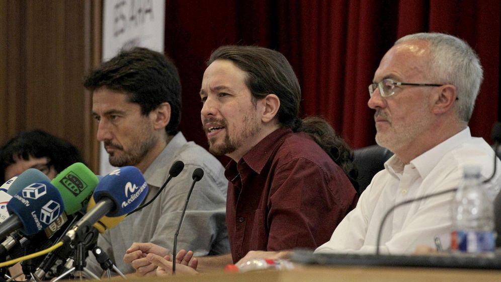Foto: El portavoz de Valencia en Comú, Jordi Peris (i), con Pablo Iglesias y Antonio Montiel. (Reuters)