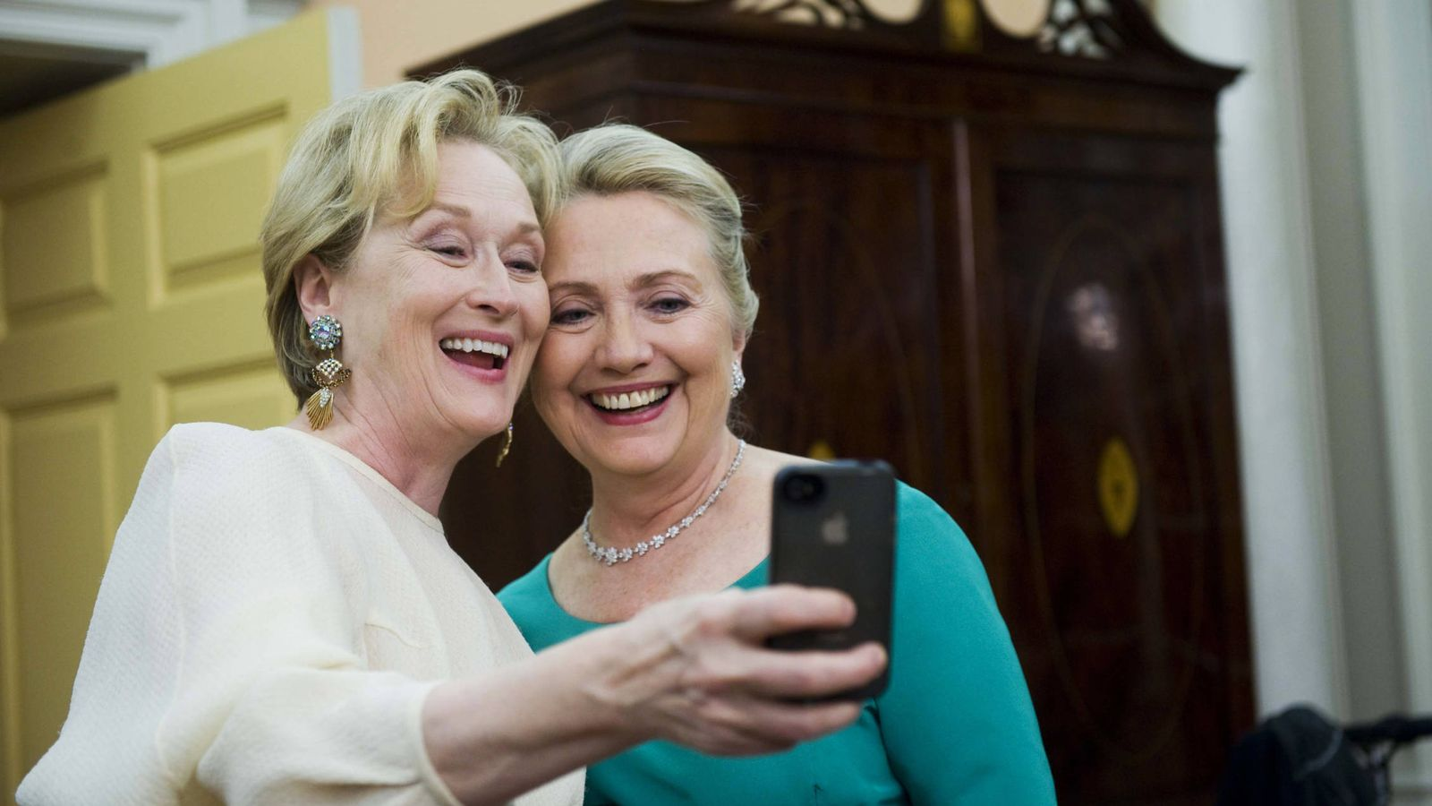 Foto: Meryl Streep y Hillary Clinton, haciéndose un selfi. (Gtres)