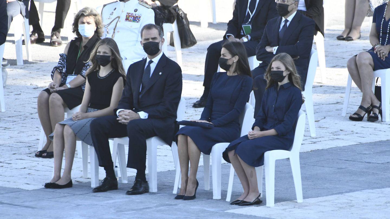 Los Reyes y sus hijas, en el homenaje a las víctimas. (Limited Pictures)
