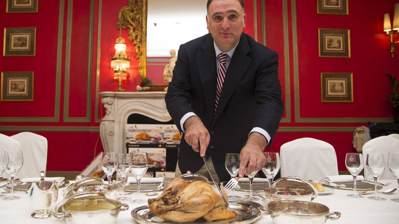 El chef José Andrés trincha un pavo Cascajares.