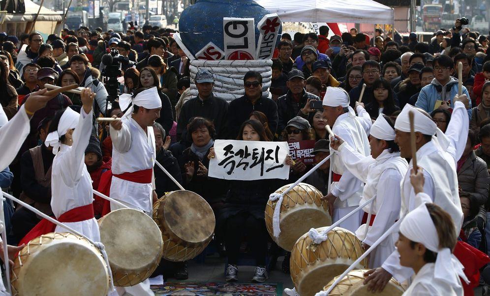 Foto: Un grupo de danza tradicional surcoreana durante una protesta contra la presidenta Park Geun-hye en Seúl, el 3 de diciembre de 2016 (EFE)