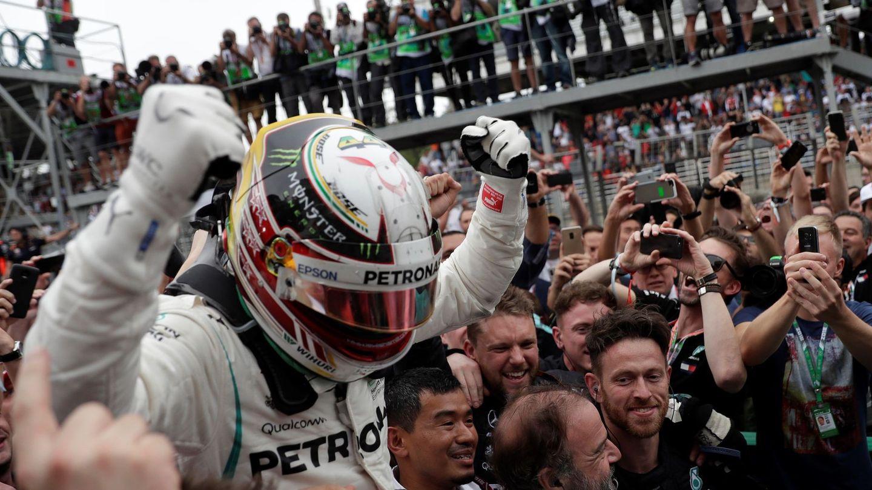 Hamilton celebrando el triunfo con sus mecánicos en Brasil. (EFE)