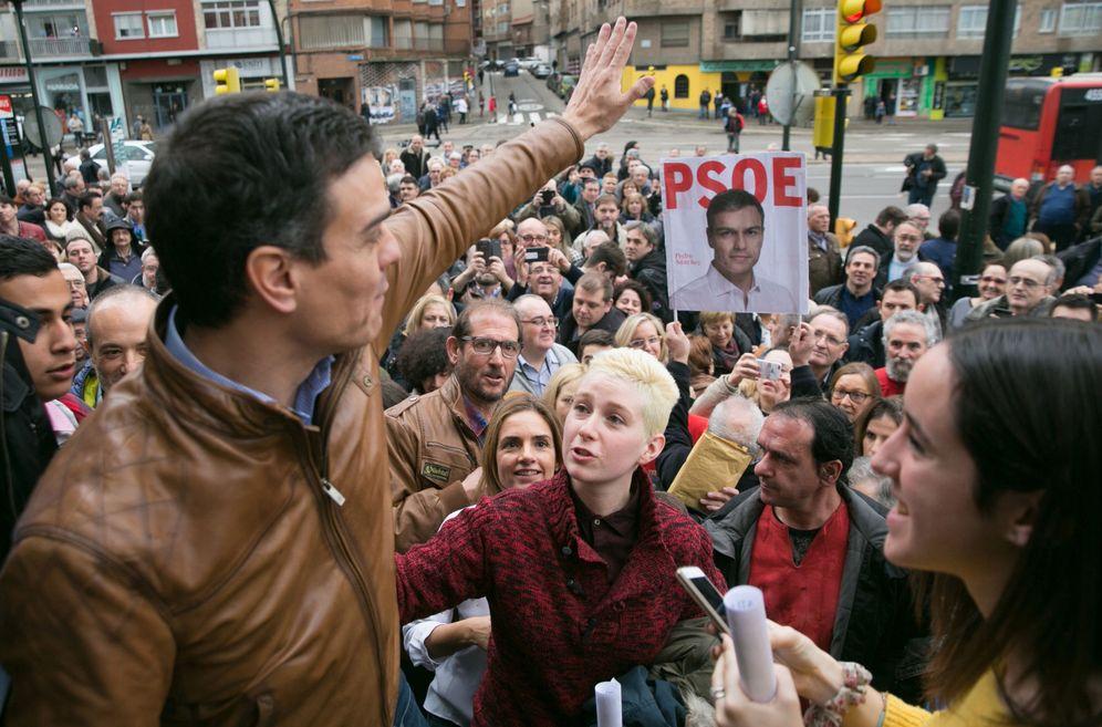 Foto: Pedro Sánchez saluda a militantes y simpatizantes socialistas tras su mitin, el pasado sábado, en Zaragoza. (EFE)