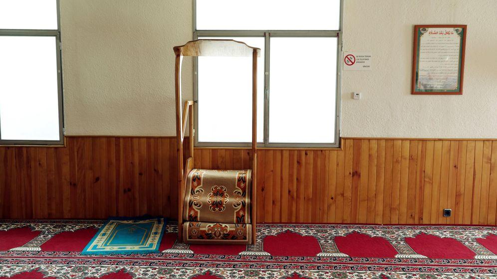 Foto: Interior de la mezquita de Ripoll, donde estaba destinado Abdel Baki Essati. (Reuters)
