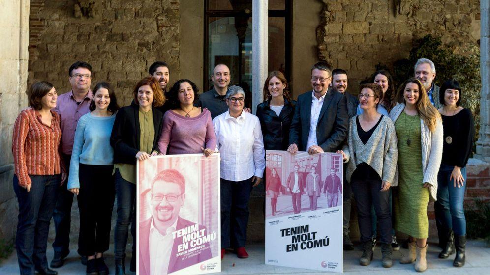 Foto: El cabeza de lista de Catalunya en Comu-Podem, Xavier Domenech (4d), y la numero 2 de la lista, Elisenda Alamany (3i), junto a varios miembros de su lista electoral. (EFE)