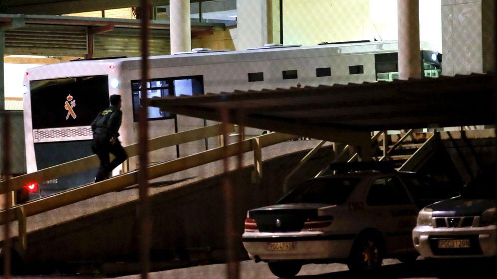 Foto: Llegada del vehículo de la Guardia Civil con el expresidente de la Comunidad de Madrid, Ignacio González, a la carcel de Soto del Real. (EFE)