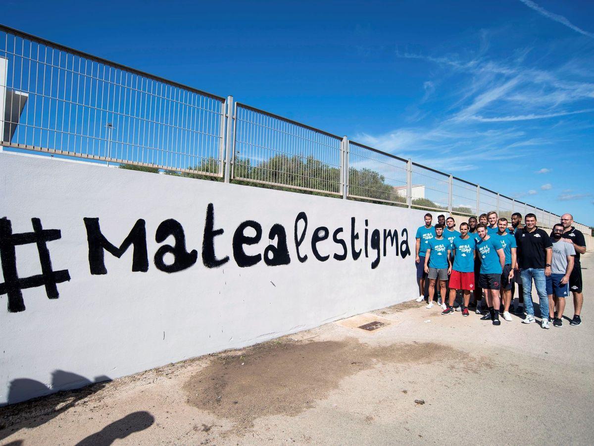 Foto: Unas 100 personas pintan en Menorca contra el estigma de la enfermedad mental. (EFE)