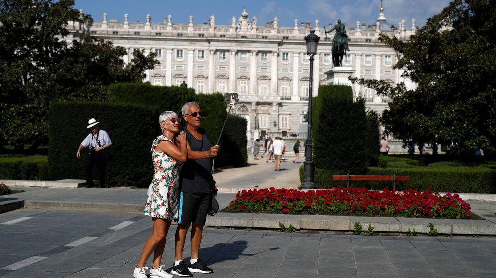 Foto: Dos turistas frente al Palacio Real de Madrid. (EFE)
